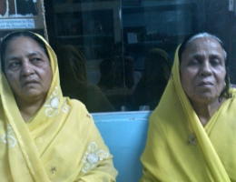 Rashida Be und Champa Devi setzen sich seit Jahren fur die Rechte der Gas-Opfer ein.