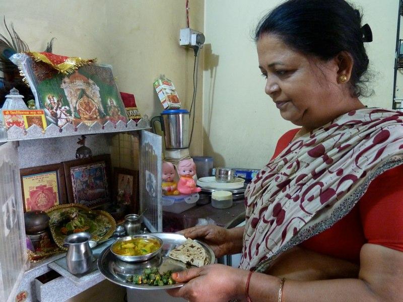 Jeden Morgen kocht Lalita das Mittage für ihren Sohn...