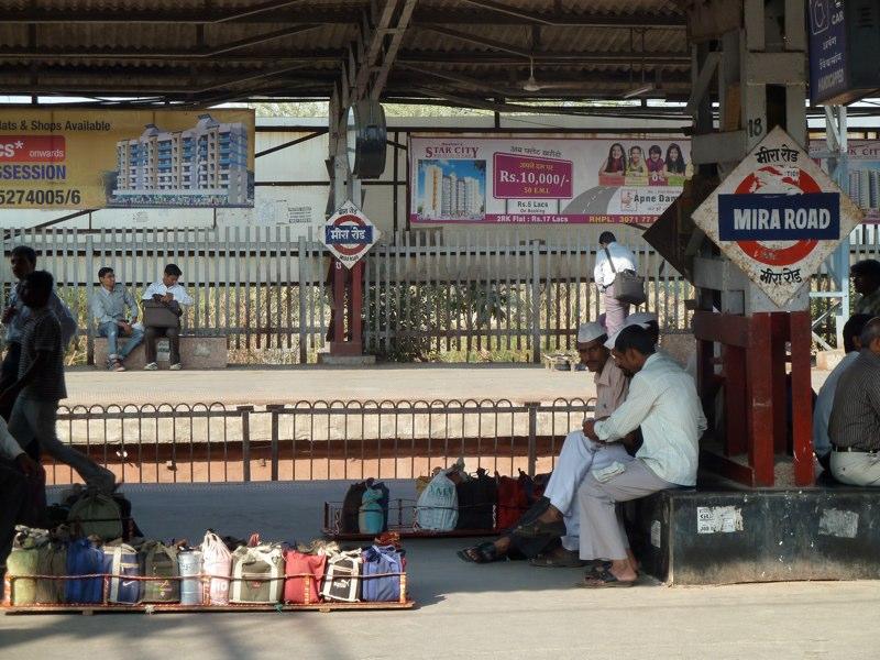 ..von Meera Road in's Stadt Zentrum fährt man eine Stunde im Vorstadtzug...