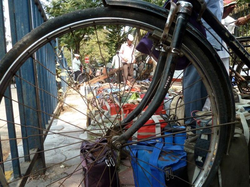 ...die Dabbas werden ans Fahrrad gebunden.-...