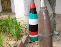 Nicht explodierte Granaten wurden zu Gartenschmuck umfunktioniert