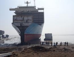 Die Schiffe laufen bei Vollmond auf den Strand von Alang auf