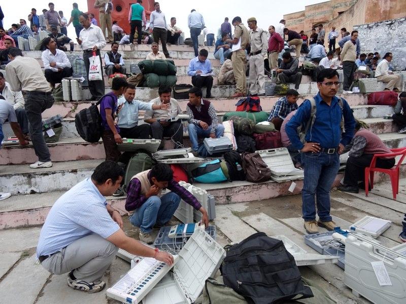 Wahlhelfer testen die Wahlmaschinen in New Tehri